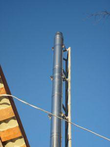 Foto 10. La caldaia funziona a pieno regime. Di giorno il fumo è trasparente, di notte - bianco. Questo dovrebbe essere un combustibile di qualità.