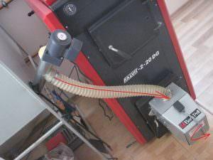 Foto 6. Alimentazione automatica di pellet dal silo a bruciatore usando due vite.