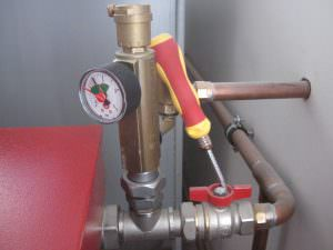 Foto 7. Tubo per lo scarico dell' aqua e valvola di sicurezza di pressione